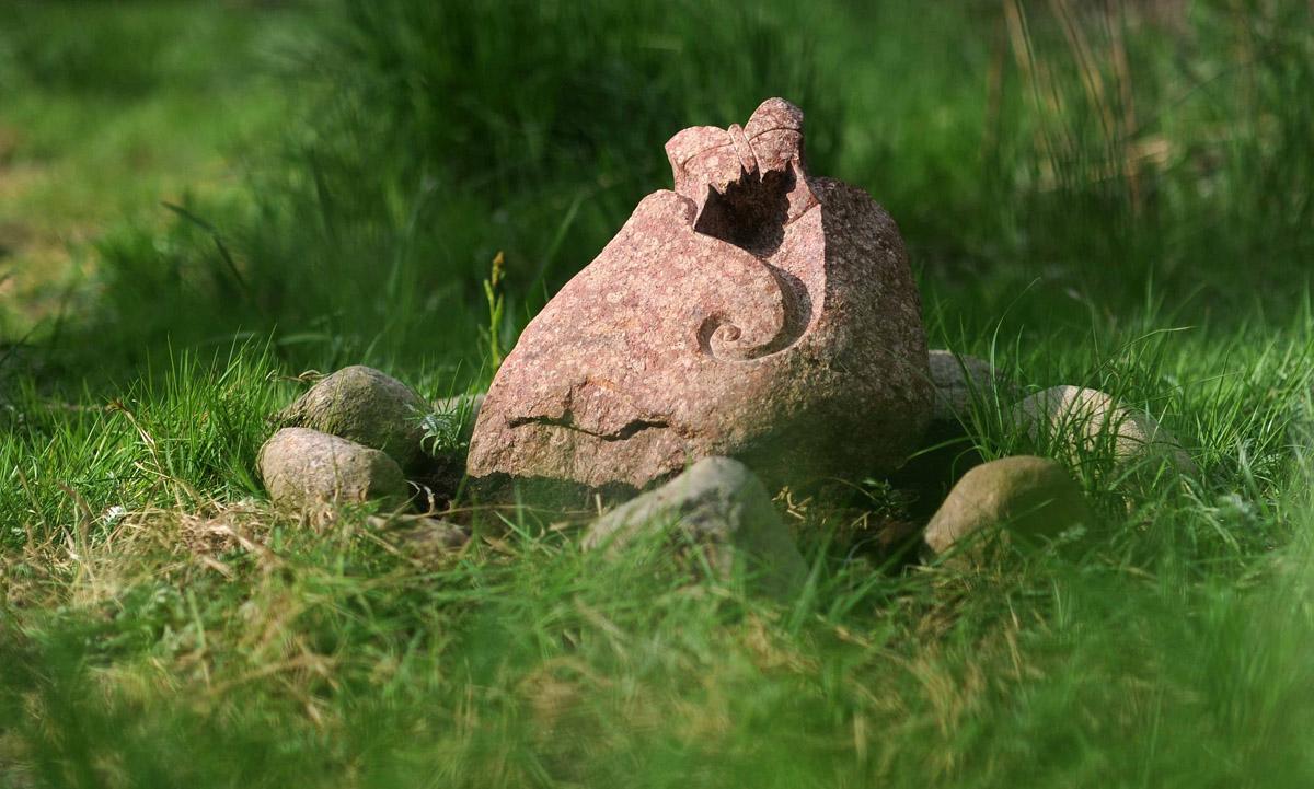 Findling mit Schmetterling Steinmetzarbeit für Grabgestaltung